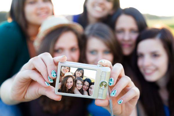 фотографироваться с друзьями