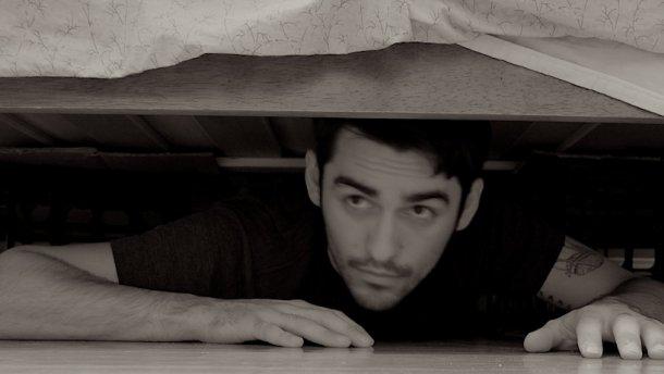 мужчина под кроватью